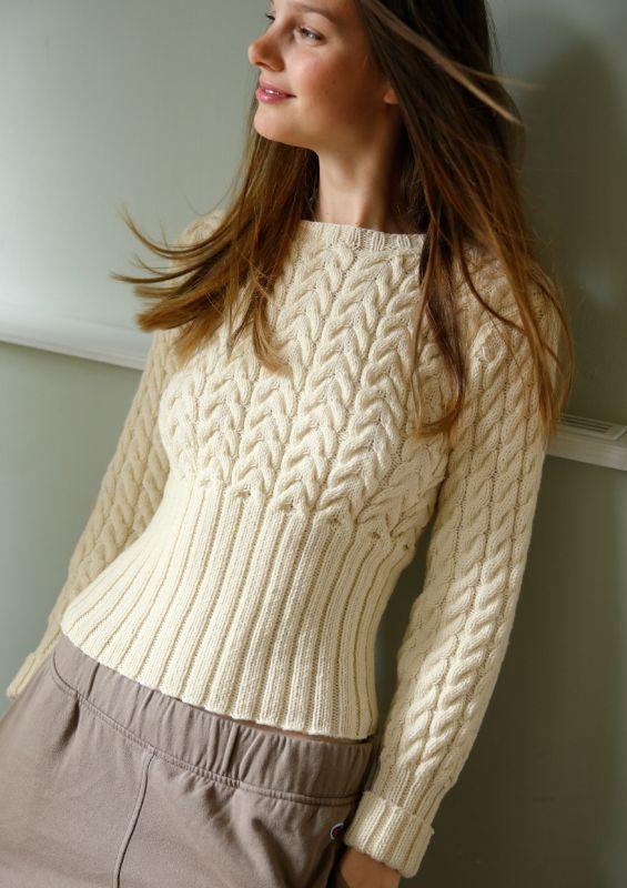 Strickomde in Naturweiß: Pullover mit Zöpfen Strickset