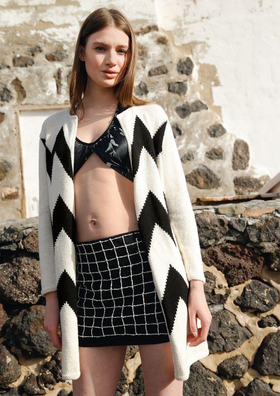 Black & White Strickklassiker: Mantel mit Zackenmuster