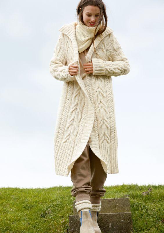 Winter Herbst Strickmode in Naturweiß: Mantel mit Zöpfen
