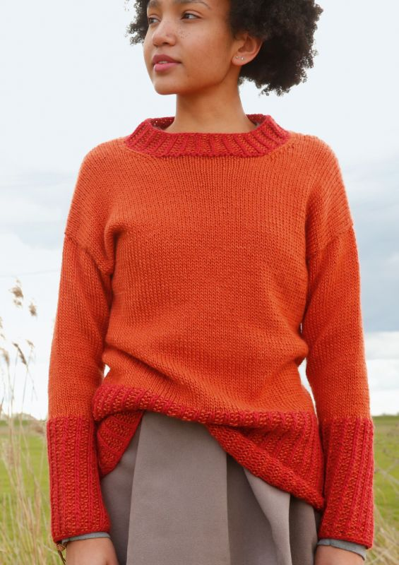 Raffinierte Strickmode in angesagten Rottönnen: Orange-Roter Pullover