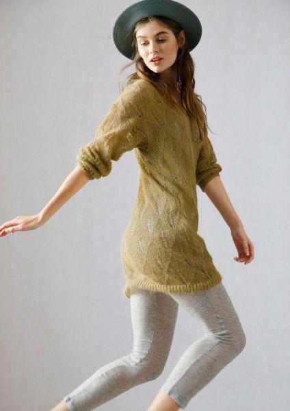 Langer Pullover mit Lochmuster