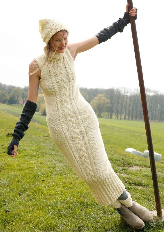 Strickmode in Naturweiß: Langes Strickkleid mit Zöpfen